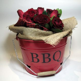 Red roses in a BBQ kit / Κόκκινα τριαντάφυλλα μέσα σε ένα κιτ Μπάρμπεκιου